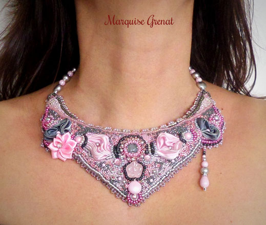 photo-collier-plastron-brode-soie-shibori-rose-gris-porte-par-modele-feminin