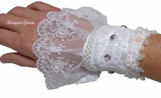 photo-poignet-portant-manchette-createur-dentelle-blanche