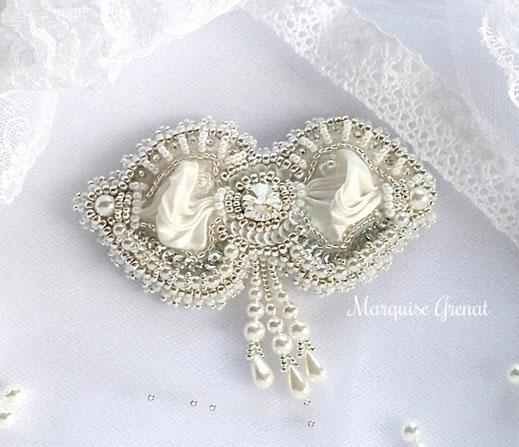 photo-broche-forme-noeud-brodee-perles-blanc-argente-soie-shibori-mariage