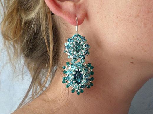 photo-boucle-oreille-portées-brodees-baroque-couleur-lagon-cristal-argent