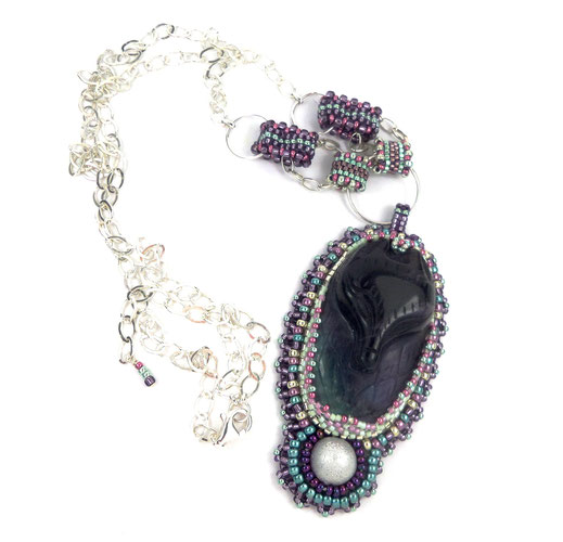 photo-collier-brode-plastron-porté-or-rose-blanc-fourrure-original-cristal-swarovski-perles