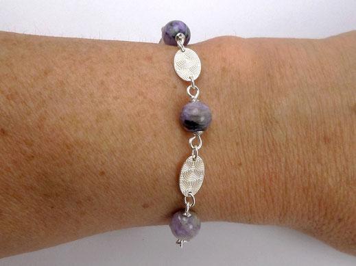 photo-bracelet-en-argent-925-et-perles-rondes-en-charoïte-violettes-