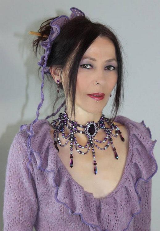 photo-bijoux-collier-brode-boucles-oreilles-portes-par-cliente-robe-mauve-violet