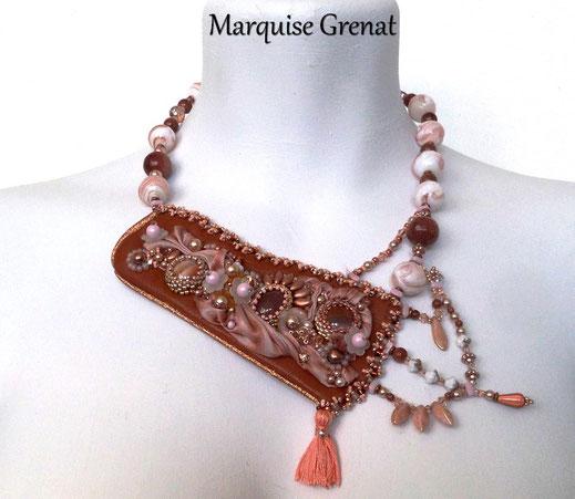 photo-collier-plastron-asymétrique-perles-et-pierres-brodees-sur-cuir-cognac