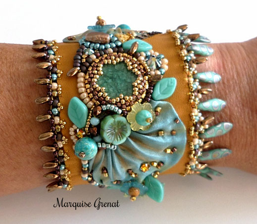 photo-bracelet-manchette-porté-cuir-moutarde-soie-shibori-turquoise