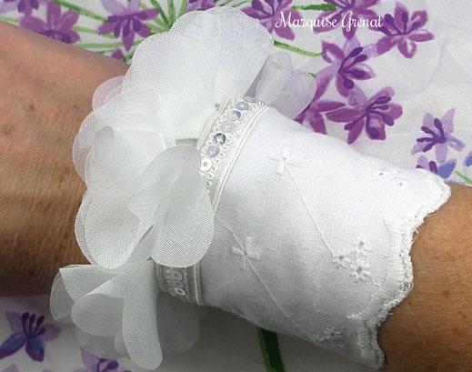 photo-manchette-mariage-blanche-coton-broderie-anglaise-festonne-volants-petales-tulle-souple-galon-sequins