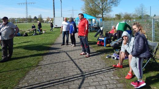 Lagebesprechung vor dem ersten Wettkampf! In der Bildmitte der Phoernixtrainer Lutz Caspers im Gespräch mit Heinz Weber (TuS Brey). Rechts daneben (in rot) Jan Tegtmeyer vom KSV Fürth.