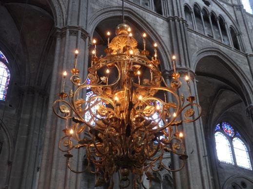 Ces lustres ont été réalisés par les ateliers Poussielgue de Paris  à partir des dessins de Jules Dumoutet.
