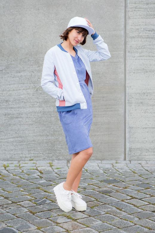 WHO Hamburg handmade Streetwear St.Pauli Design Mode Kleid Blue Peach Blouson Collegejacke Chuddy hellblau blau rosa sportlich lässig made in Hamburg  Sommer 2016 Mode fashion shooting St.Pauli fair made in Germany blau rosa sportlich Kleid Bomber Jacke