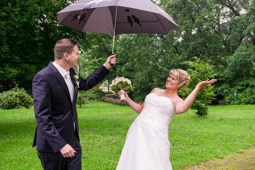 Hochzeitsfotografie Regen Hochzeitspaar Paarfotos