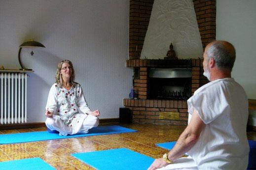 Heidi-Deva und Uwe-M.D. Salzmann sitzen sich gegenüber und meditieren.