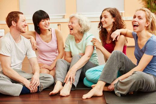 Senioren und Erwachsene beim Pilates-Kurs