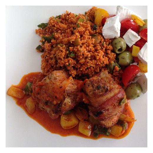 Turkse gevulde kiprolletjes met kisir en een tomaat/paprika/feta/olijven salade.