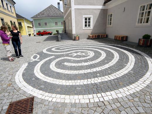 Labyrinth und Sitzplatz auf dem Kirchenplatz