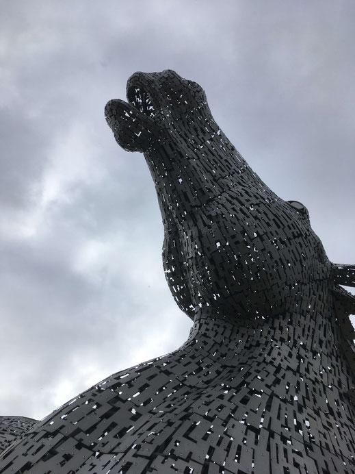Vor den riesigen Skulpturen kommt man sich ganz klein vor...