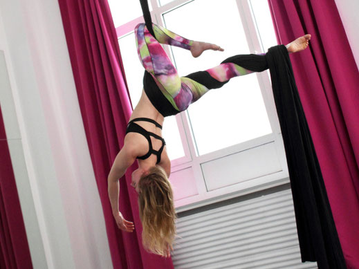Die Aerial Silks sind das richtige für dich, wenn du neben wunderschönen Figuren auch Adrenalinkicks liebst. Hier arbeiten wir an zahlreichen Drops und Abfallern am Vertikaltuch.
