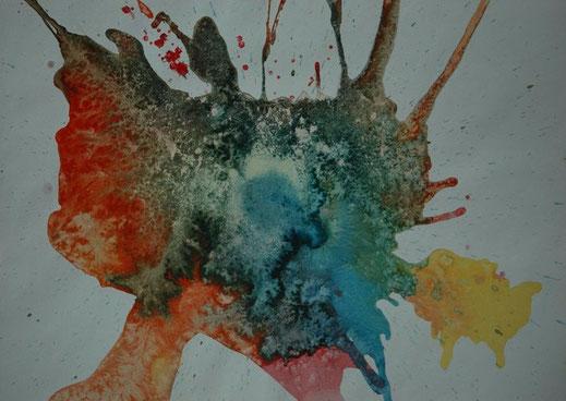 Een kleurrijke vlek van aquarel verf in de tinten oranjerood, grijsgroen, zachtblauw en geel. De structuren zijn ontstaan door het instrooien en na droging weer weg schrapen van zand, maker Joke Zonneveld zand
