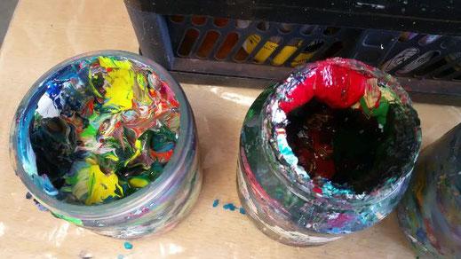 twee oude verfpotten gevuld met restjes verf die overbleven bij het schilderen, zeg maar Toverballenverf