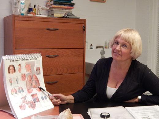 Masha Anthonisse- Kotousova, een vrouw met blond haar laat aan de hand van een afbeelding zien hoe longen werken
