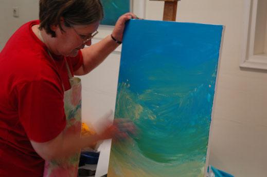 Aquarel met toegevoegde lijm, zodat er een speels patroon is ontstaan, bruine, okeren en groene aardse tinten