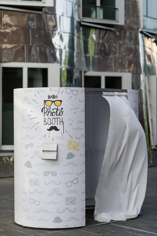 HalloPhotobooth Cabine Hochzeitsfotograf Bayern Allgäu Fotobox Fotokabine Fotosäule Fotoautomat Photobooth Photo Booth Videobooth Hochzeiten Geburtstagsfeiern Party Betriebsfeiern Firmenjubiläum Messen Roadshows Konferenzen Sommerfeste Düsseldorf
