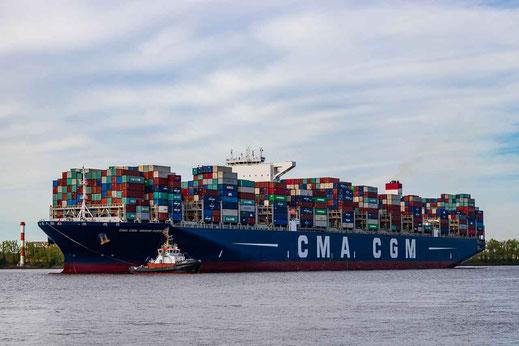Hamburg, großes Containerschiff mit Schlepper auf Höhe Ovelgönne