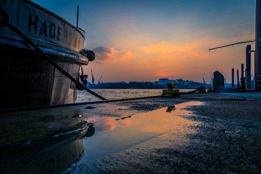Schiff Anleger Sonnenuntergang Reflexion Wasser Elbe Hamburg