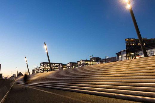 Treppenstufen aufwaerts Landungsbruecken Baumwall Architektur Lampen Baumwall