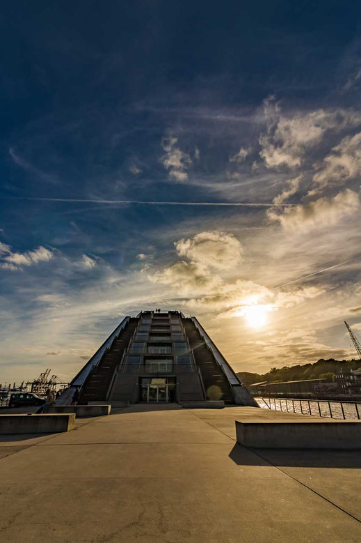 Pyramide Hamburg Dockland Abend Sonnenuntergang