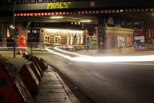 Leuchtspuren Oberhafenkantine Bruecke Unterfuehrung Langzeit Hamburg