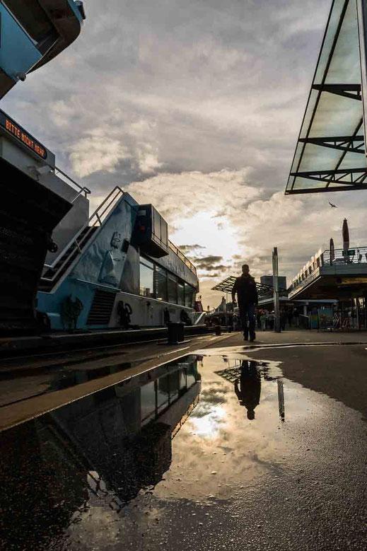 Landungsbruecken Spiegelung Anleger Faeher Gegenlicht Hamburg