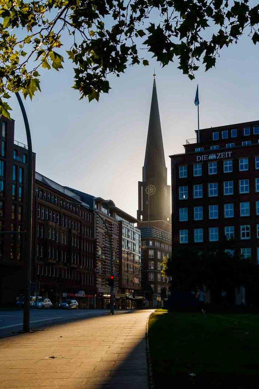Kirche Hamburg Gegenlicht Lichtstreifen Gebaeude Hamburg