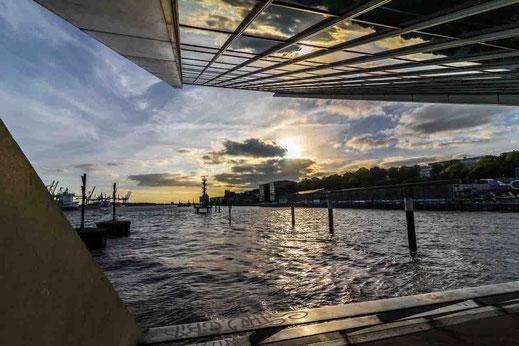 Abendstimmung Spiegelung Gebaeude Dockland Hamburg Hafen