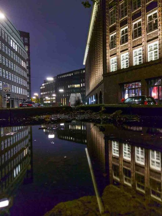 Wasser Spiegelung Chilehaus HTC U11 Nachtfotografie