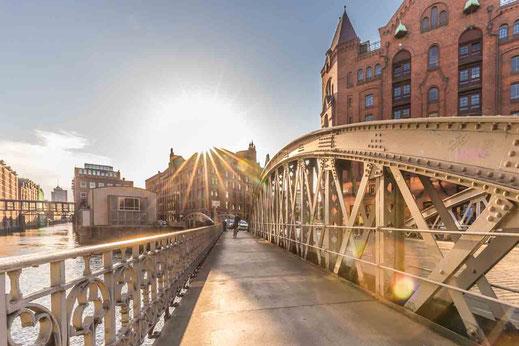 Hamburg Speicherstadt auf Brücke im Gegenlicht