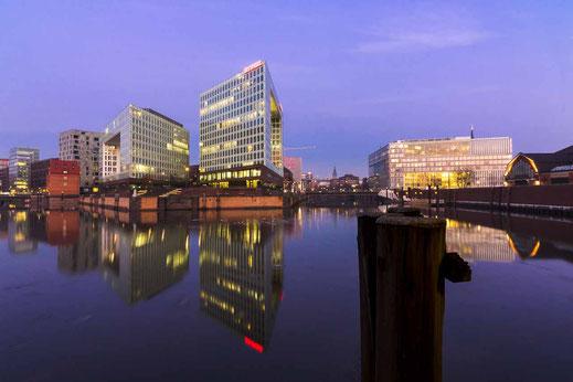 Spiegelung Wasser Oberfläche Ericusspitze Hamburg
