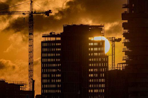 Baustelle Hochhaus Hamburg Sonnenaufgang Ball Hafencity Kran