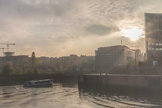 Hafenrundfahrt Touristik Ericusspitze Fleet Dunst Gegenlicht Hamburg