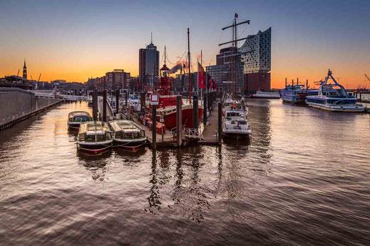 Sonnenaufgang Bruecke Hafencity Elbphilharmonie Schiffe
