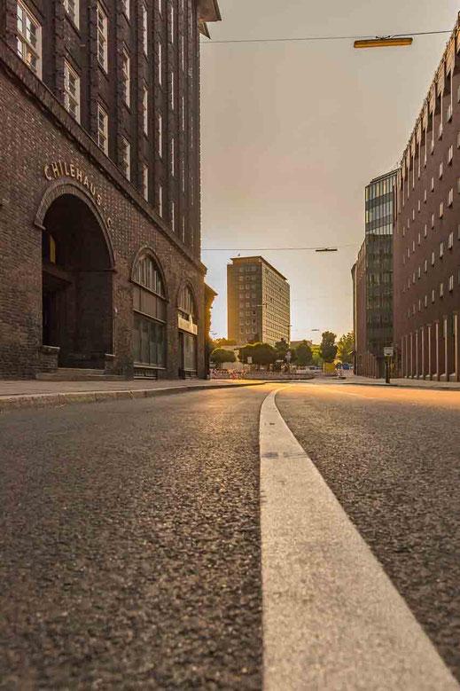 Morgensonne auf der Straße zu sehen am Chilehaus im Hintergrund ein Teil der Cityhochhäuser