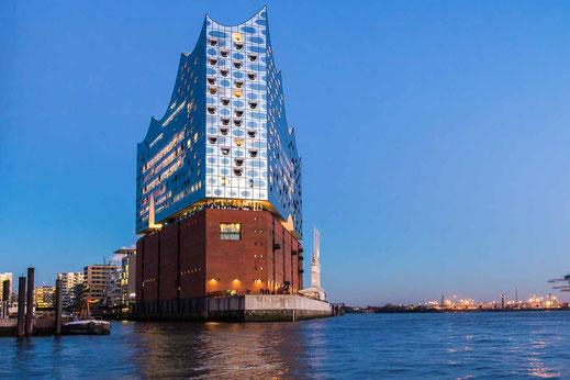 Abendstimmung Elbphilharmonie Wasserseite Hafen Hamburg