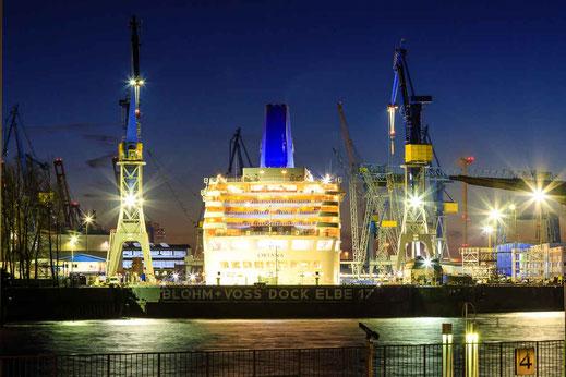 Blohm und Voss Lürssen Werft Arbeit Kran Kraene Elbe Landungsbruecken Hamburg