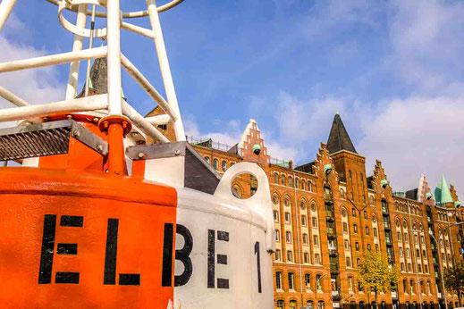 Elbe 1 Boje Hamburg Speicherstadt Zeichen rot weiss