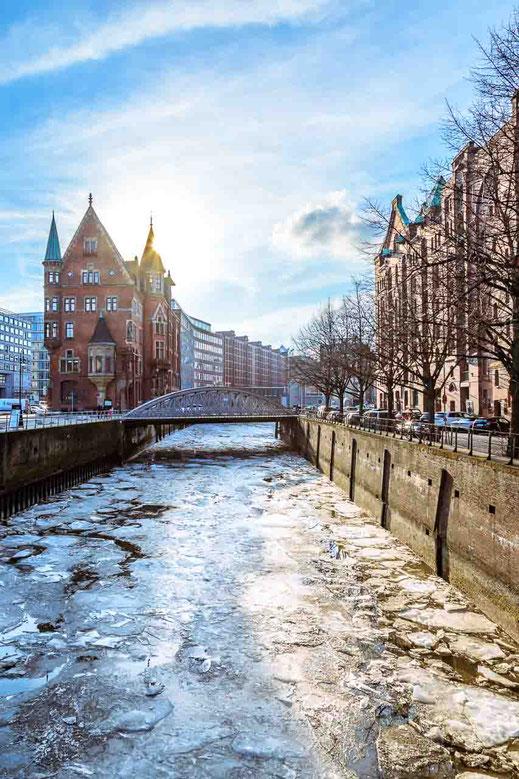 Speicherstadt Backsteingebaeude Hamburg Wasser Eis Gegenlicht
