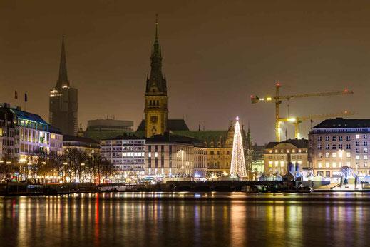Weihnachtsmarkt Weihnachtsbaum Rathaus Spiegelung Wasser Hamburg