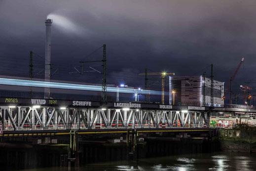 Eisenbahn Bruecke Langzeitbelichtung Hafen Oberhafen Hamburg