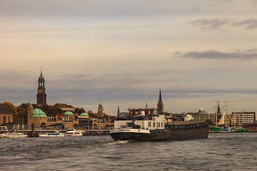 Binnenschiff Landungsbruecken Wasser Elbe Michel