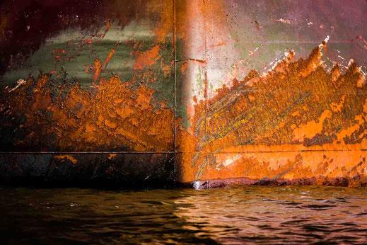 Rostige Spitze eines Frachters