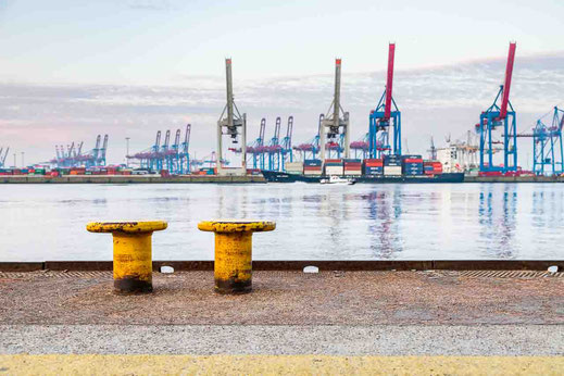 Feeder Schiff auf Höhe von Oevelgönne mit Poller im Vordergrund