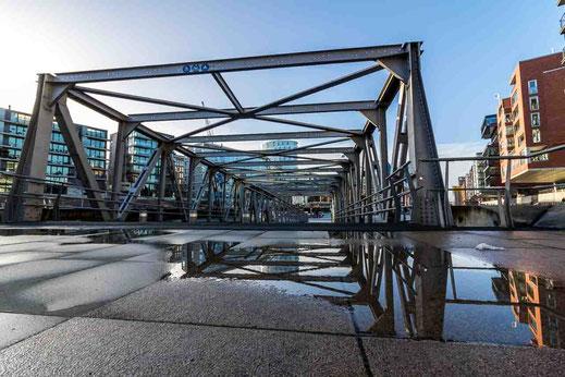 Spiegelung Bruecke Stahlkonstruktion Museumshafen Hamburg